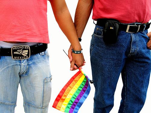 Image d'un couple tenant le drapeau LGBT