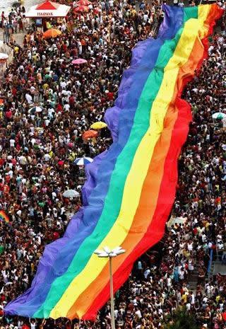 Photo d'un drapeau LGBT géant